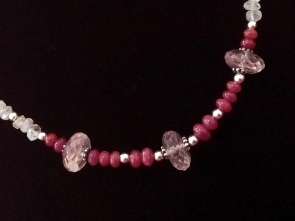 Collar de plata y gemas de Kunzita, Piedra de luna y Rubis.. Foto 2