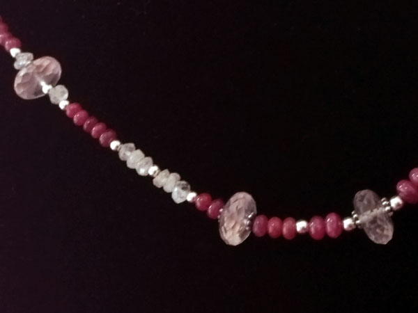 Collar de plata y gemas de Kunzita, Piedra de luna y Rubis.. Foto 3