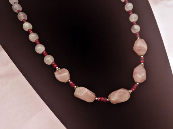 Silver necklace with rubies and rose quartz.. Foto 2