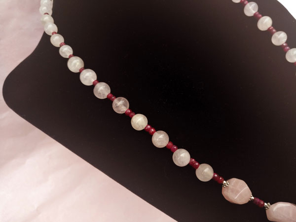 Silver necklace with rubies and rose quartz.. Foto 3