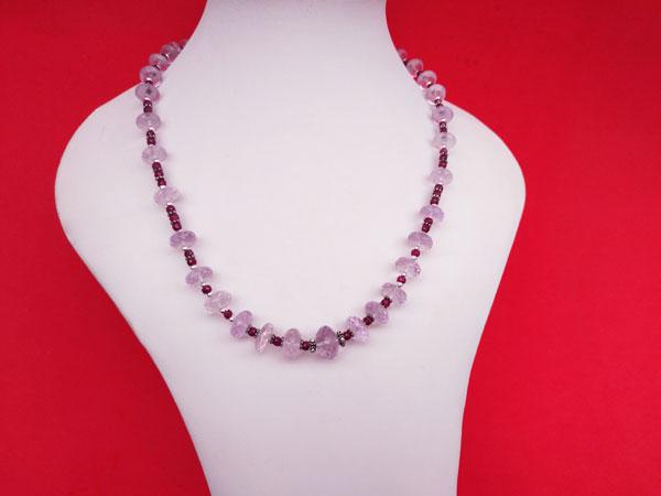 Exquisito collar de plata con gemas de Kunzita y Rubis.. Ref. TRG