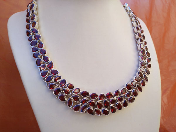 Faceted Garnet gemstones and Sterling silver necklace.. Ref. TRI