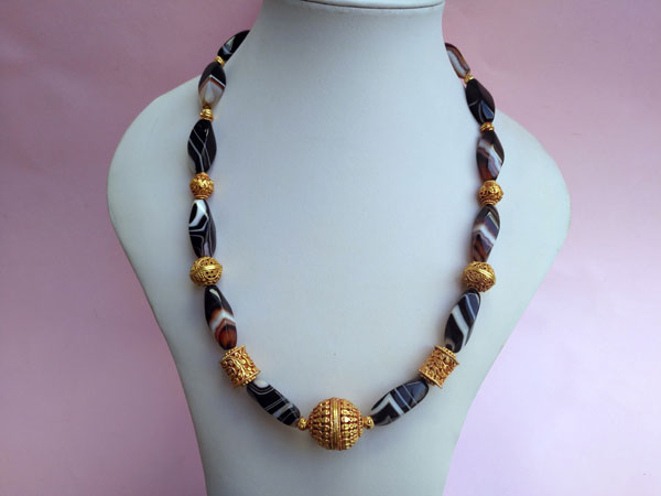 Ethnic necklace of agates and Tibetan beads.. Foto 1