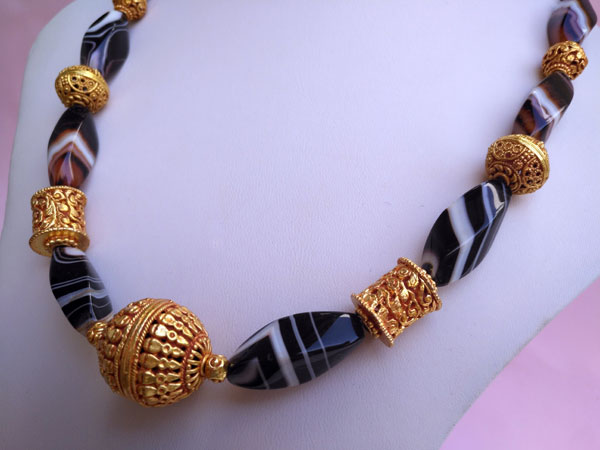 Ethnic necklace of agates and Tibetan beads.. Foto 2