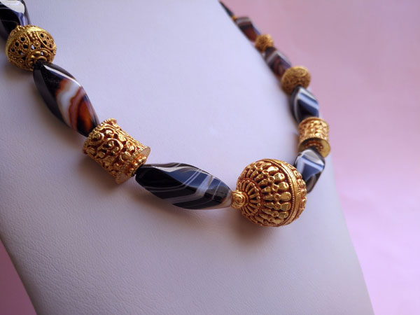Ethnic necklace of agates and Tibetan beads.. Foto 3