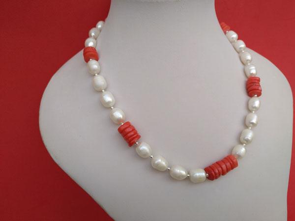 Conjunto de collar y pendientes de perlas y coral.. Ref. TRK