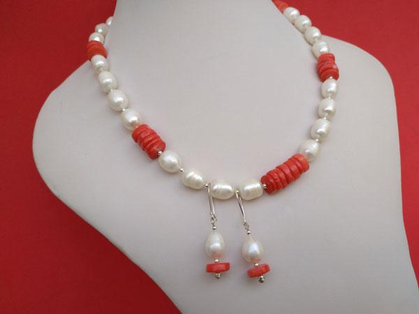 Conjunto de collar y pendientes de perlas y coral.. Foto 2