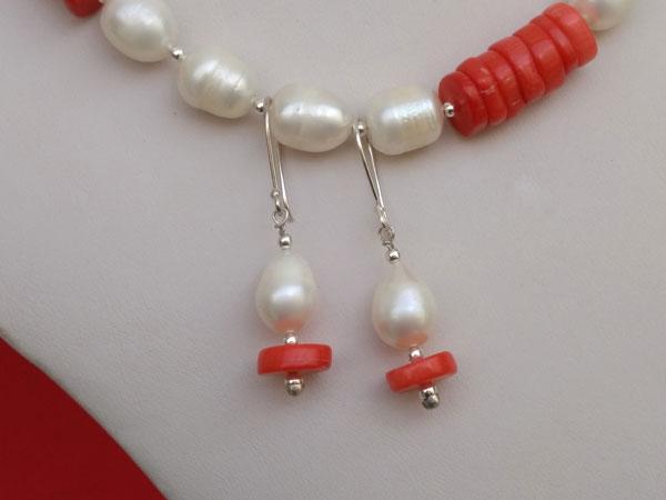 Conjunto de collar y pendientes de perlas y coral.. Foto 3