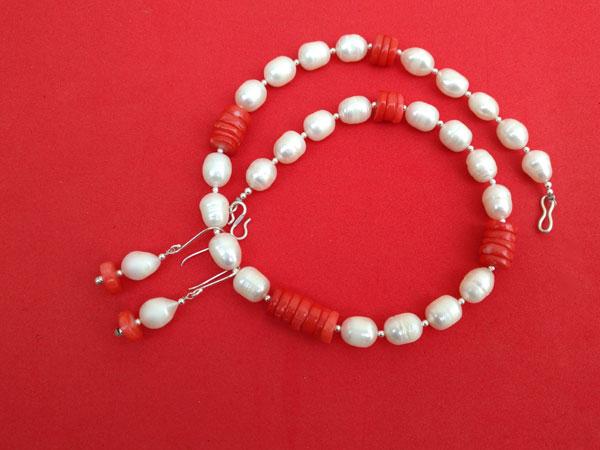 Conjunto de collar y pendientes de perlas y coral.. Foto 4