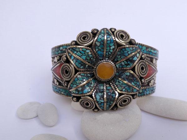 Pulsera artesanal tibetana con turquesa, coral y ambar.. Ref. TVC