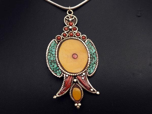 Traditional Tibetan ethnic pendant.. Foto 3