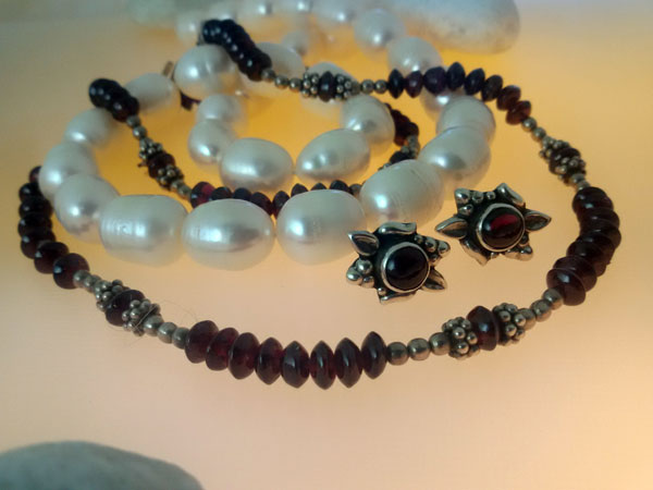 Garnet and Sterling silver necklace and earrings set.. Foto 2