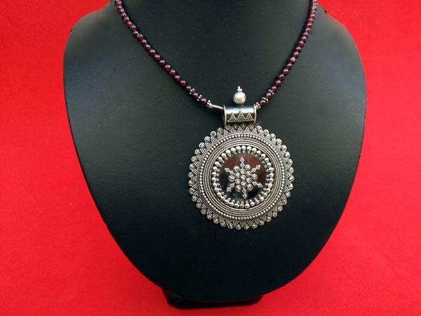 Ethnic Sterling silver pendant in garnet choker.. Foto 1