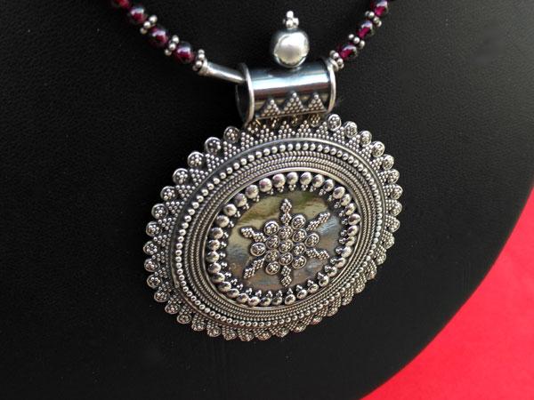 Ethnic Sterling silver pendant in garnet choker.. Foto 2