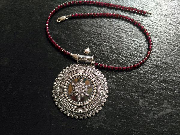 Ethnic Sterling silver pendant in garnet choker.. Foto 3