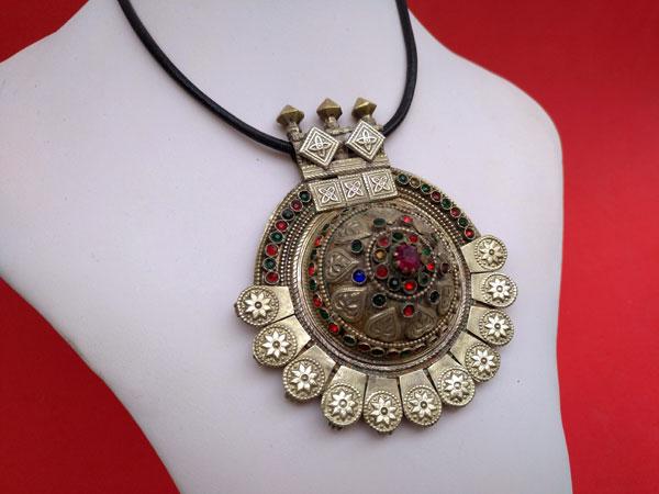 Old handmade ethnic pendant.. Foto 3