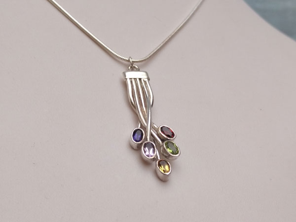 Sterling silver handmade pendant and five different gems.. Foto 2