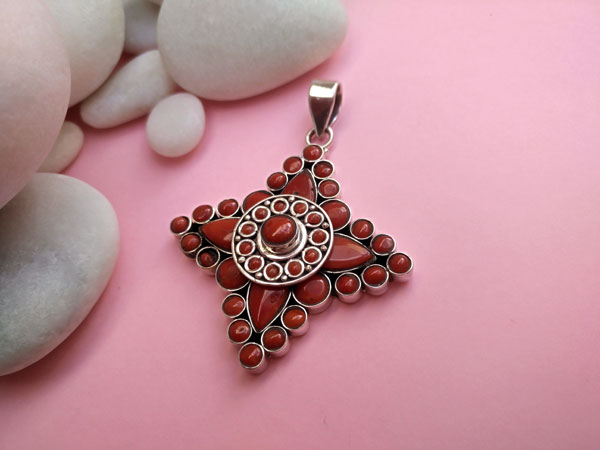 Coral and Sterling silver Tibetan pendant.. Foto 1