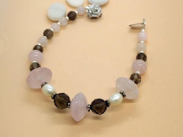 Pulsera de plata con cuarzo rosa, perlas y cuarzo ahumado.. Foto 3