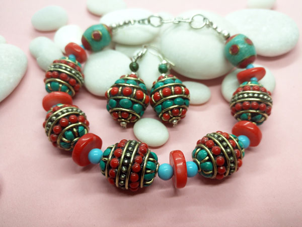 Traditional Tibetan ethnic bracelet and earrings set.. Foto 1