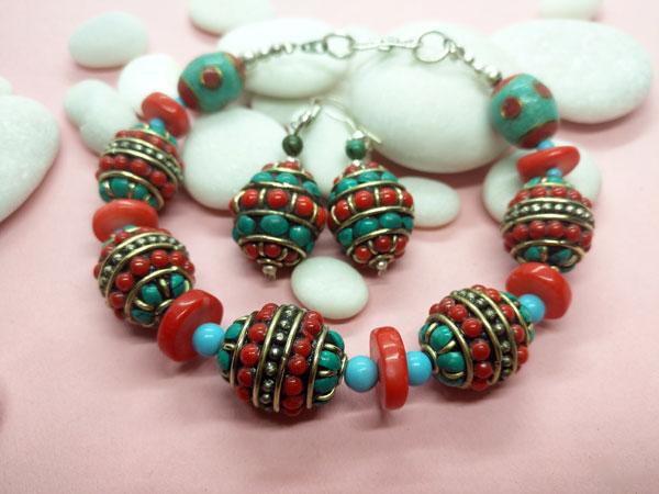 Traditional Tibetan ethnic bracelet and earrings set.. Foto 1