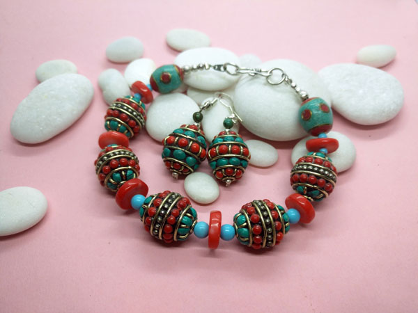 Traditional Tibetan ethnic bracelet and earrings set.. Foto 2