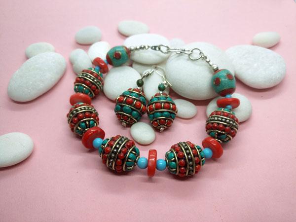 Conjunto de pulsera y pendientes etnicos tibetanos.. Foto 2