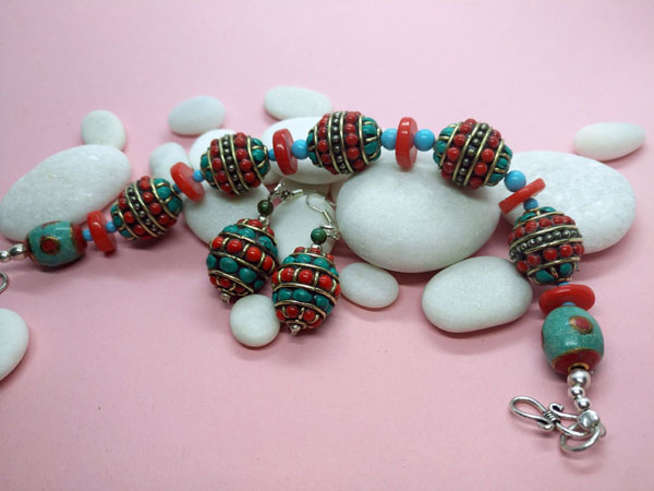 Traditional Tibetan ethnic bracelet and earrings set.. Foto 3