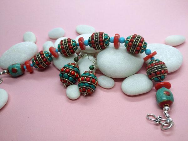 Traditional Tibetan ethnic bracelet and earrings set.. Foto 3
