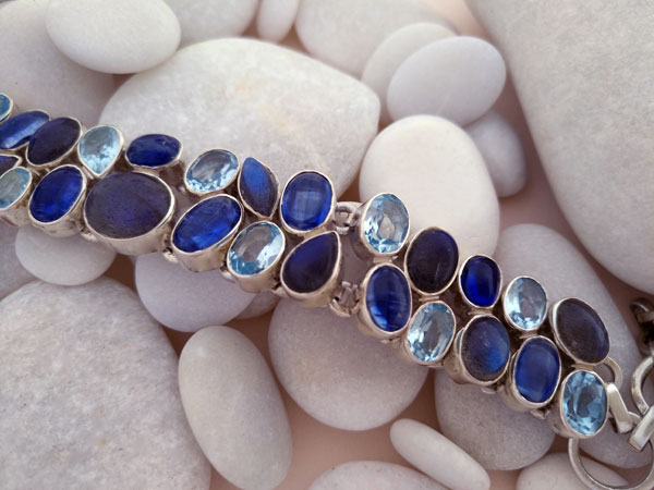 Sterling silver bracelet with aquamarine, tanzanite and labradorite gems.. Foto 2
