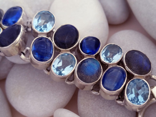 Sterling silver bracelet with aquamarine, tanzanite and labradorite gems.. Foto 4