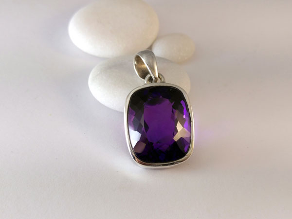 Faceted amethyst gemstone from Namibia.. Foto 1