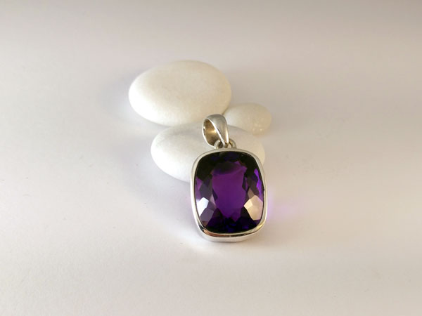 Faceted amethyst gemstone from Namibia.. Foto 2