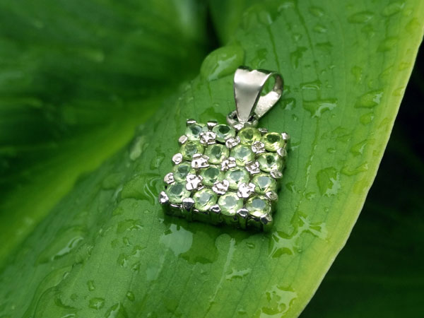 Peridot and Sterling silver ethnic pendant.. Foto 1