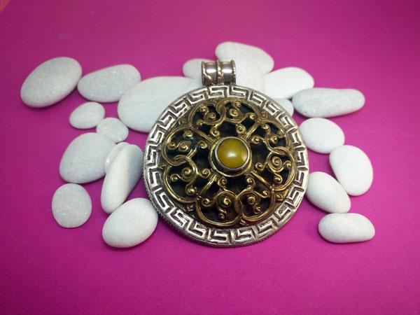 Tibetan traditional pendant.. Foto 3