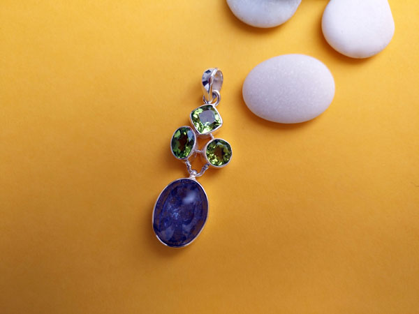 Handmade silver pendant with three asymmetric Peridot facetated gemstones and a blue Kyanite from Brazil.. Foto 1