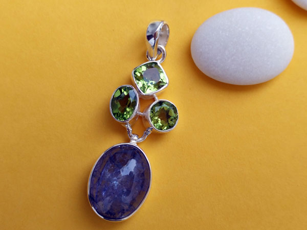 Handmade silver pendant with three asymmetric Peridot facetated gemstones and a blue Kyanite from Brazil.. Foto 2