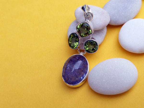 Handmade silver pendant with three asymmetric Peridot facetated gemstones and a blue Kyanite from Brazil.. Foto 3