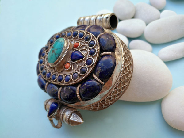"""Ga,u"" Silver and Lapislazuli Ethnic traditional antique pendant from Tibet.. Foto 3"