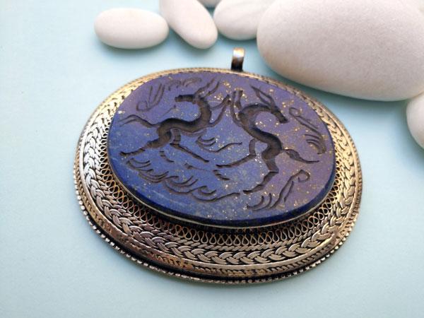 Colgante intaglio labrado artesanalmente sobre Lapis lazuli.. Ref. TYI