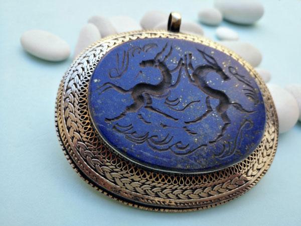 Intaglio pendant hand carved on Lapis lazuli.. Foto 2