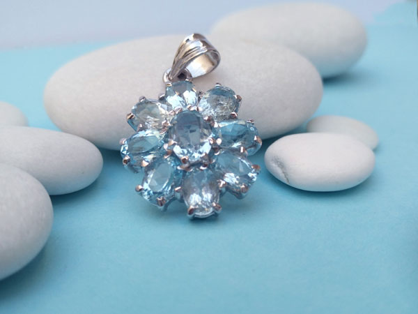 Colgante de plata y gemas facetadas de Aguamarina.. Foto 3