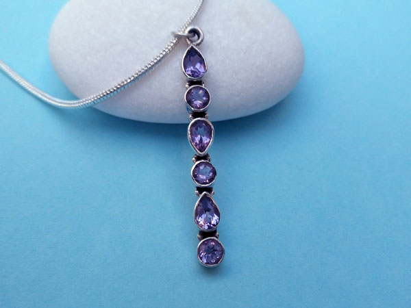 Beautiful and stylized ethnic pendant in sterling silver and Amethyst gems.. Foto 2