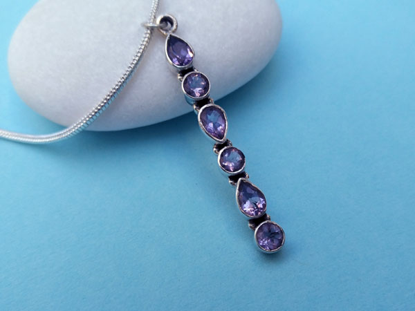 Beautiful and stylized ethnic pendant in sterling silver and Amethyst gems.. Foto 3