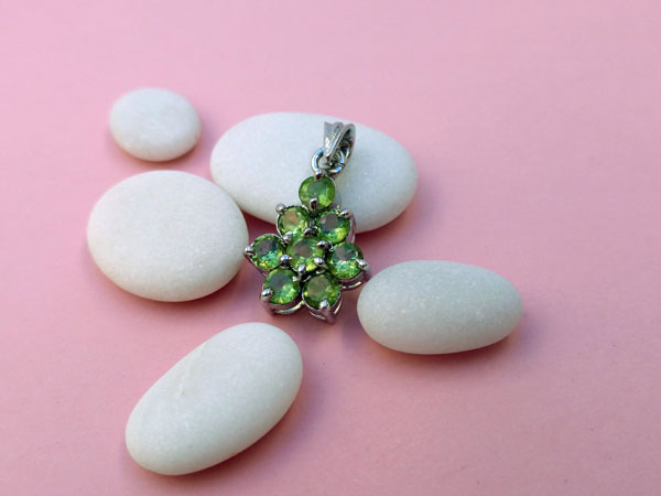 Handmade ethnic Sterling silver pendant and peridot gems.. Ref. TYO