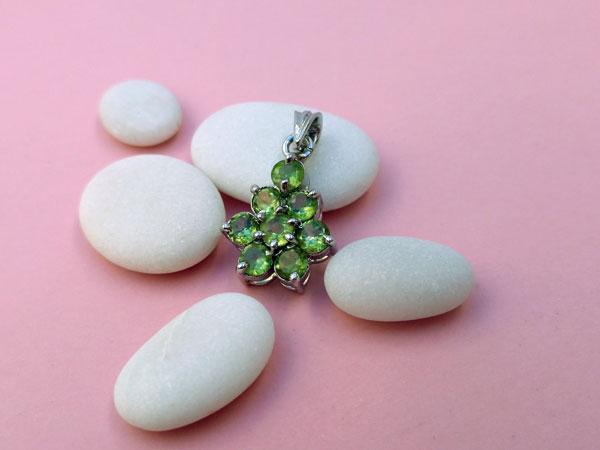 Colgante etnico artesanal de plata y gemas de peridoto.. Foto 1