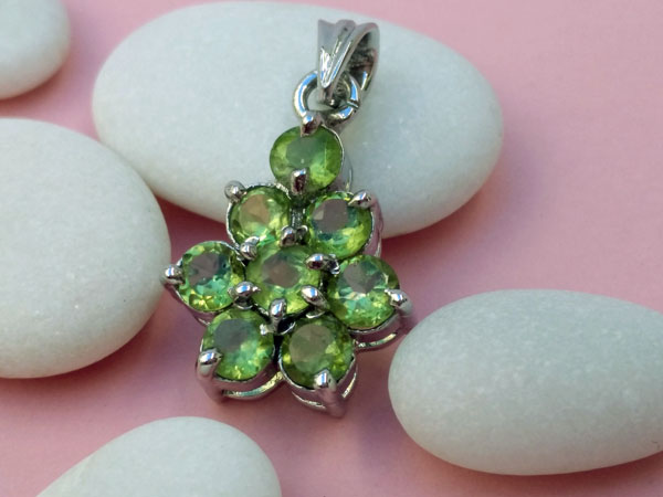 Handmade ethnic Sterling silver pendant and peridot gems.. Foto 2