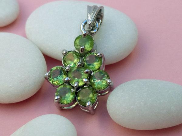 Colgante etnico artesanal de plata y gemas de peridoto.. Foto 2