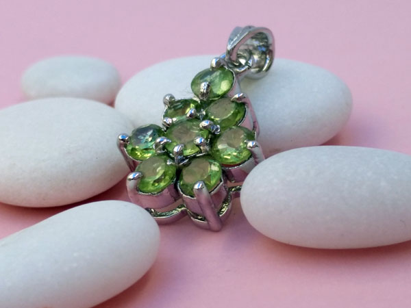Handmade ethnic Sterling silver pendant and peridot gems.. Foto 3