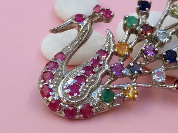Handmade sterling silver jewelry brooch recreating the shape of a peacock.. Foto 3